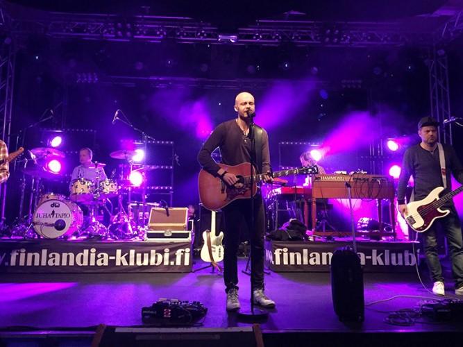 Juha Tapio laulaa lavalla Lakeus Sound keikalla