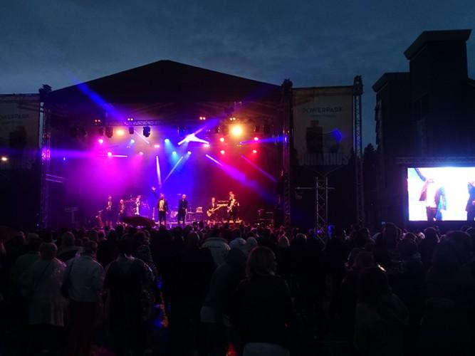 PowerPark Juhannus lavalla bändi esiintyy Lakeus Sound referenssi