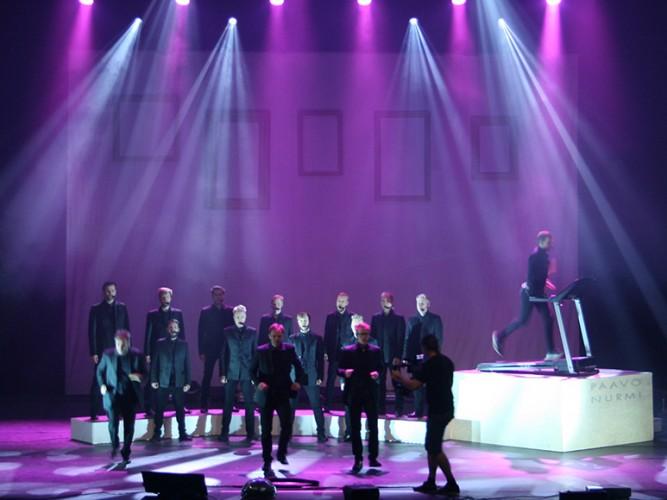 Seminaarinmäen mieslaulajat esiintyvät lavalla